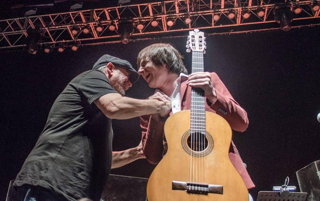 Silvio Rodríguez saluda a Nahuel Pennisi, en su concierto en el Luna Park, Buenos Aires, Argentina, octubre de 2018. Foto: Kaloian.