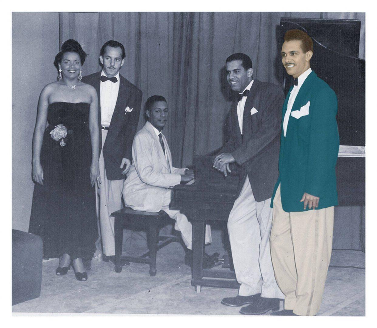 Elena Burke, Roberto Barceló, Orlando de la Rosa at the piano, Aurelio Reinoso and Adalberto del Río (in color). Photo: Private archives Orlando de la Rosa-Adalberto del Río.