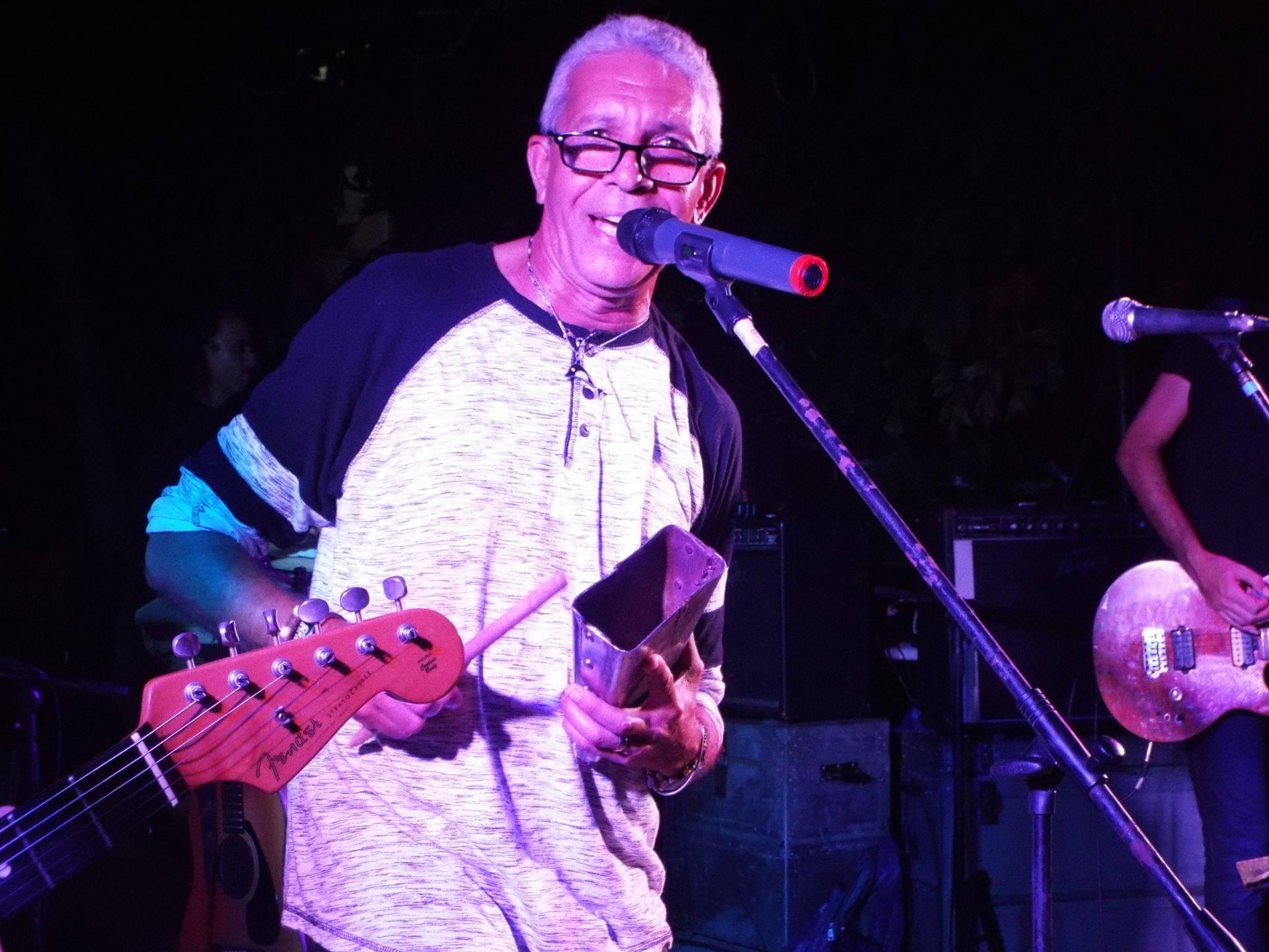 """Virgilio Torres, vocalista de Vieja Escuela: """" Mi madurez como músico fue la banda Seres Indomables en el año 1977, que tocaban covers de Rare Earth. Luego pasé por otras bandas como Sputnik, FM, Los Takson y OVNI. Luego estuve u tiempo sin cantar hasta que Sociedad Habana Blues me llamó para trabajar con ellos, ese fue el germen de Vieja Escuela""""."""