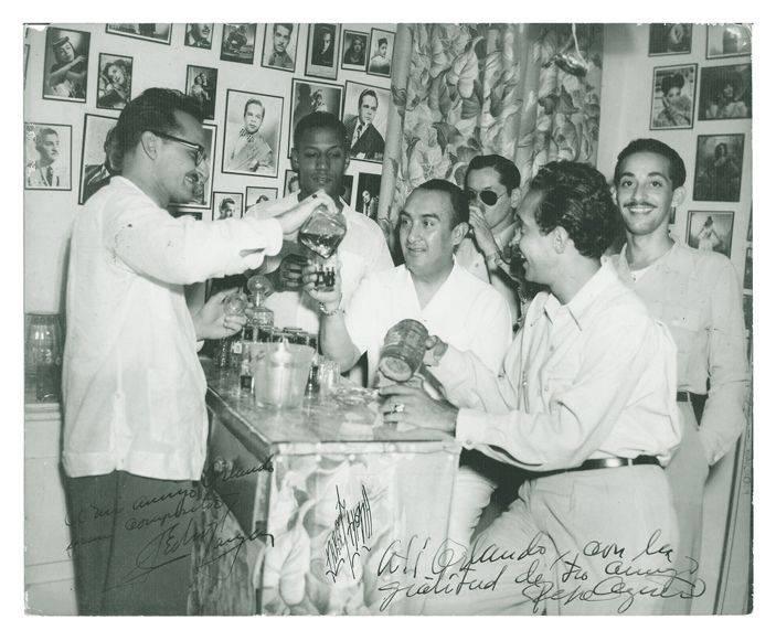 In La Cafetera, from left to right: Julio Gutiérrez, Orlando de la Rosa, Pedro Vargas, Bobby Collazo and José Carbó Menéndez. In the background, with glasses, Pepe Agüero. Photo: Private archives Orlando de la Rosa-Adalberto del Río.