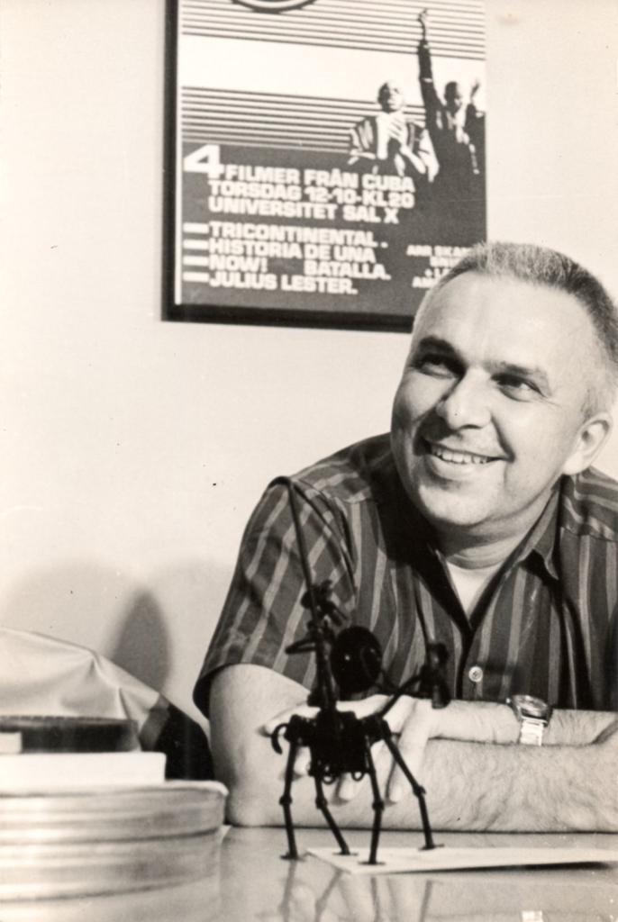 Santiago Álvarez en su oficina. Foto: Archivo Oficina Santiago Álvarez