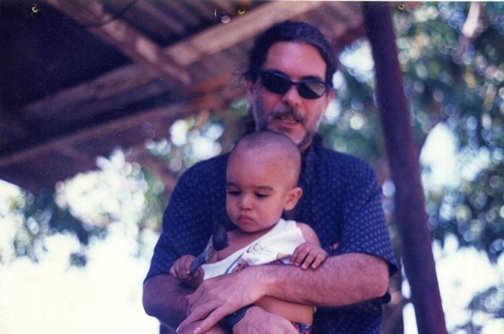 Santiago Feliú con el bebé Martín entre los brazos. Foto: Cortesía Darsi Fernández.