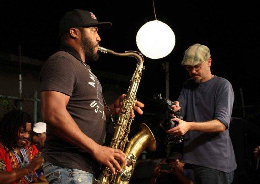 Carlos Miyares durante el rodaje de Cubajazz. Foto tomada de las redes sociales del documental.
