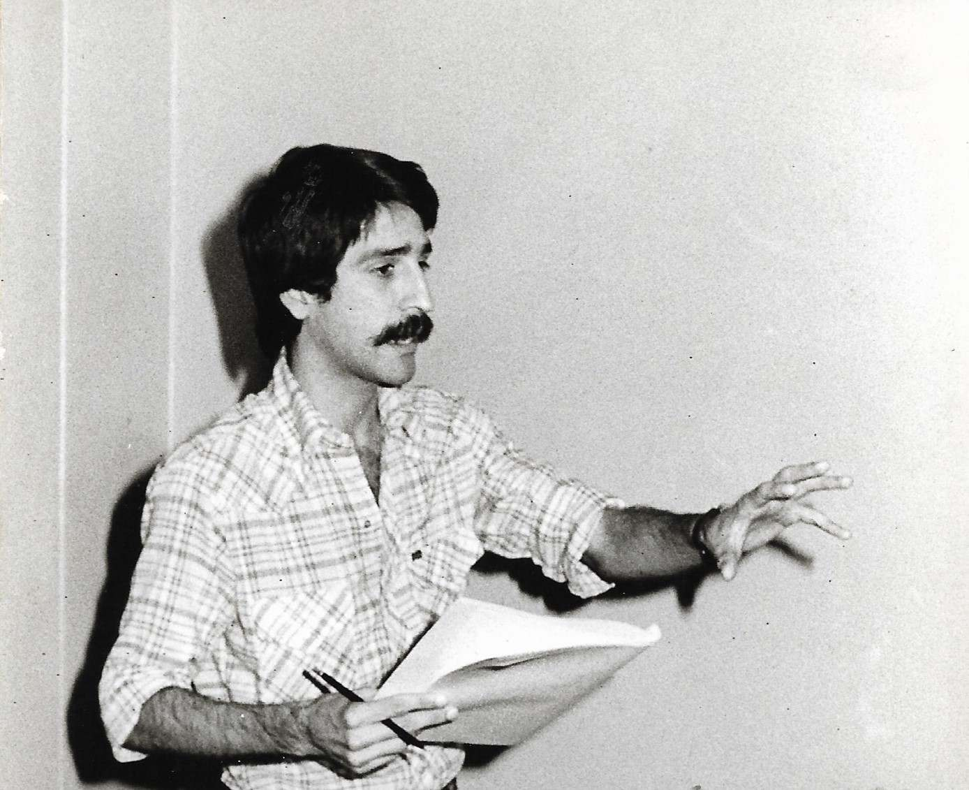 Omar Mederos en Santa Clara, en una de las reuniones para la creación de la sección provincial de la AHS en la provincia, en 1986. Foto: Cortesía de Omar Mederos.