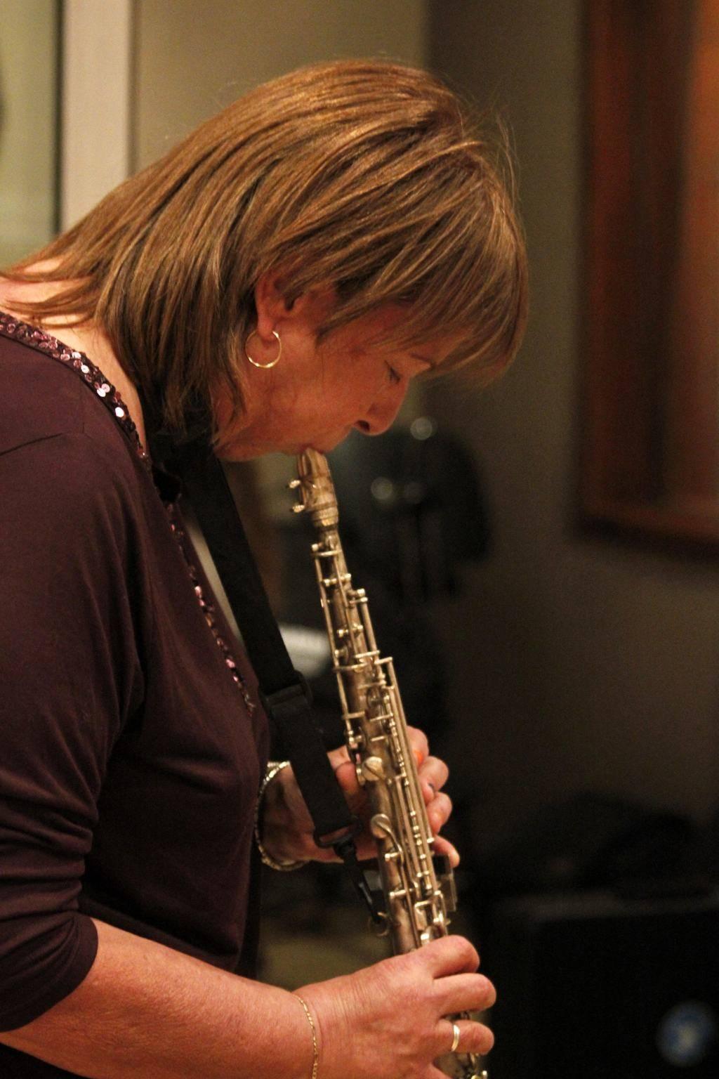 Lucía Huergo tocando el saxo. Foto: Cortesía Niurka Sánchez.